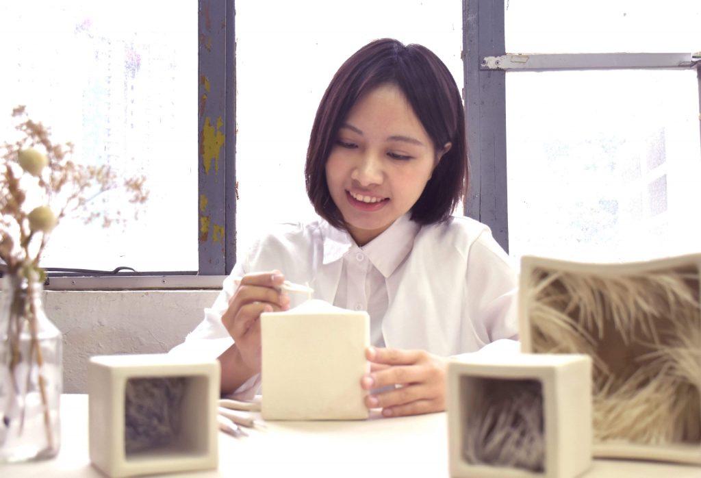 陳艮珊(Alice)2015年畢業於香港浸會大學視覺藝術學院,畢業展獲得巨年藝廊獎,陶瓷藝術表現卓越。其作品亦被香港文化博物館收藏。